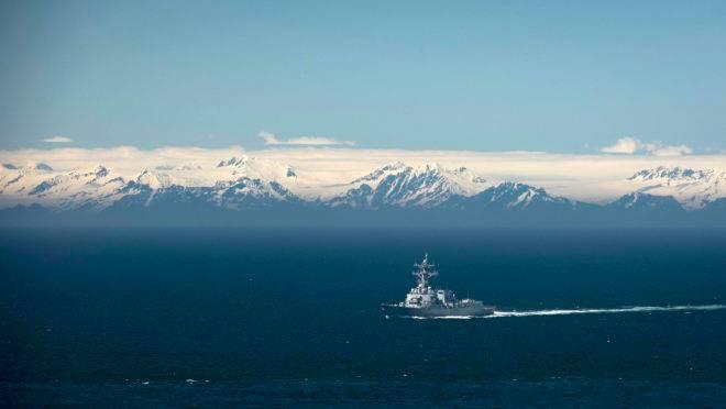 destróier de mísseis guiados da classe Arleigh Burke USS John Finn (DDG 113) transita pelo Golfo do Alasca