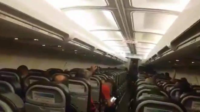 """Quem é o comissário de voo """"ídolo"""" dos atleticanos que fez zoeira de Fla e CSA; vídeos"""