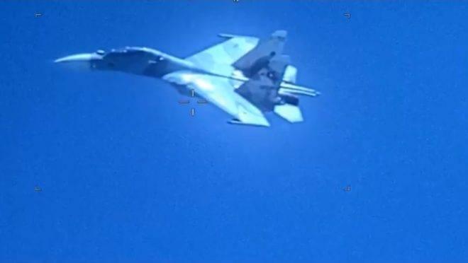 Autoridades americanas acusaram o governo Maduro de violar regras internacionais ao permitir que caça seguisse aeronave dos EUA, ameaçando a tripulação.