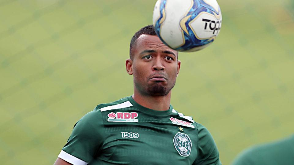 "João Vitor deixa o Coritiba para resolver ""problemas particulares"" e aparece no CSA"