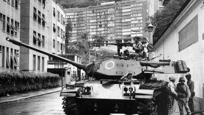 Tanque do Exército nas proximidades da casa do presidente deposto, João Goulart, nas Laranjeiras, no dia do golpe de 1964.