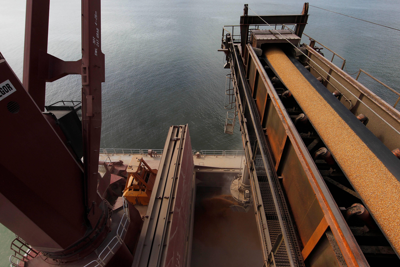 Navio carrega milho no Porto de Paranaguá (PR): Brasil deve exportar 40 milhões de toneladas do grão em 2019, segundo a Abramilho.