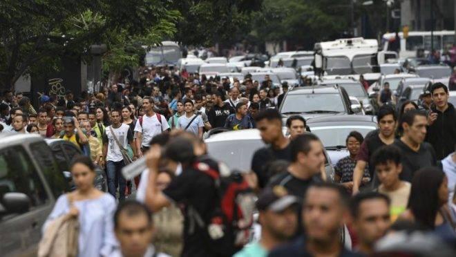 Pessoas nas ruas em Caracas durante apagão que atinge grande parte da Venezuela nesta segunda-feira, 22