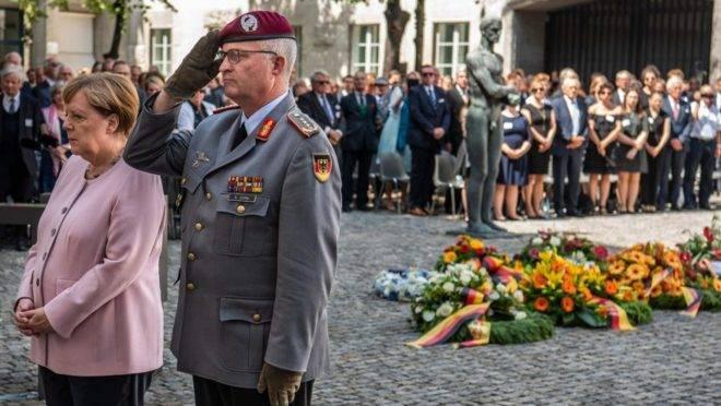 A chanceler alemã, Angela Merkel, e o inspetor geral das Forças Armadas da Alemanha, Eberhard Zorn, prestam homenagem em cerimônia pelo 75º aniversário de uma tentativa de assassinato contra Adolf Hitler em Berlim, 20 de julho de 2019