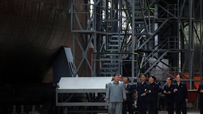 Diatdor da Coreia do Norte, Kim Jong-un, inspeciona um recém construído submarino