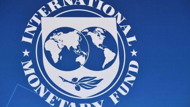 Selo do Fundo Monetário Internacional na fachada do prédio da instituição, em Washington.