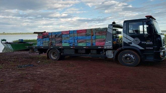 Caminhão carregado de produtos contrabandeados apreendidos pela Operação Hórus, em Guaíra, Paraná.