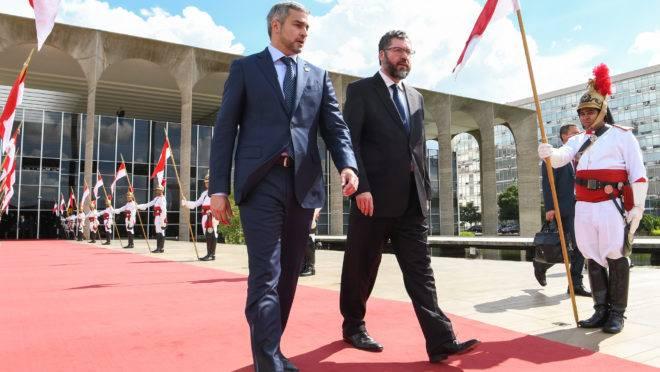 Ernesto Araújo (dir.) e o presidente do Paraguai, Mario Abdo Benítez, na frente do Palácio do Itamaraty.
