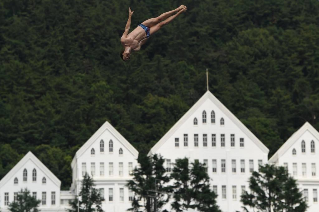 O britânico Gary Hunt compete no campeonato mundial de high diving, como são chamados os saltos realizados de 20 metros ou mais de altura, em Gwangju, Coreia do Sul.