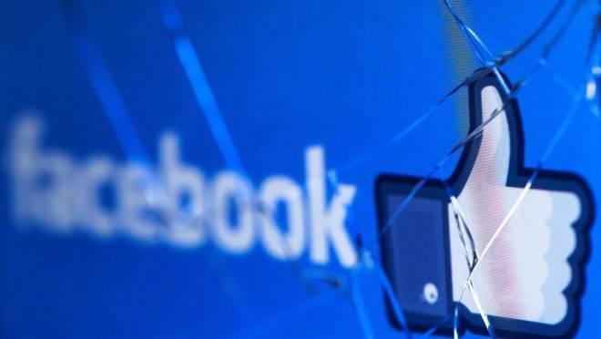 Logotipo do Facebook em tela de celular quebrado: ações da empresa seguem em níveis recordes.