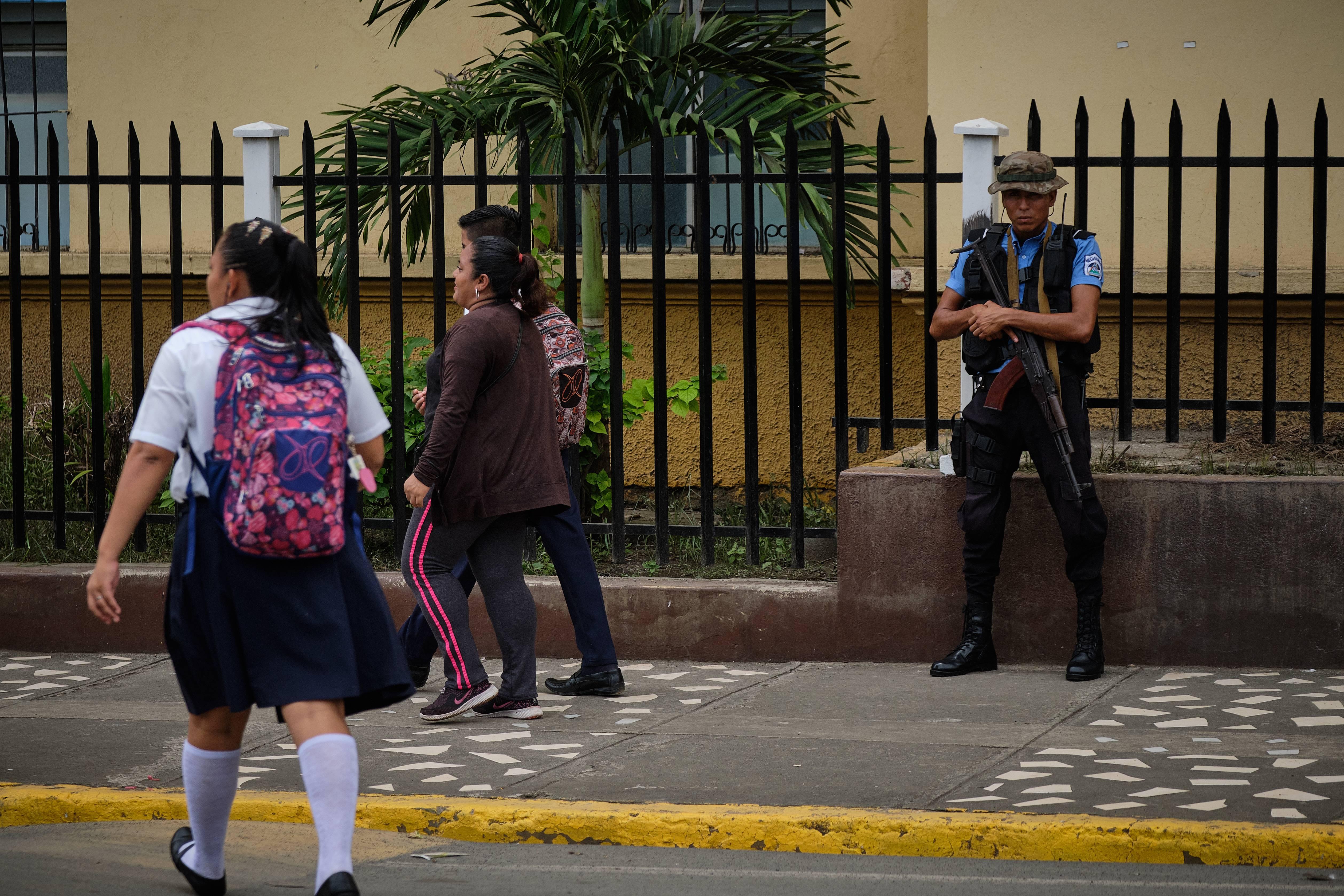 Um policial armado vigia a entrada do bairro de Monaya, em Masaya, um reduto de resistência durante os protestos contra o governo no ano passado. Foto: Carlos Herrera/Washington Post