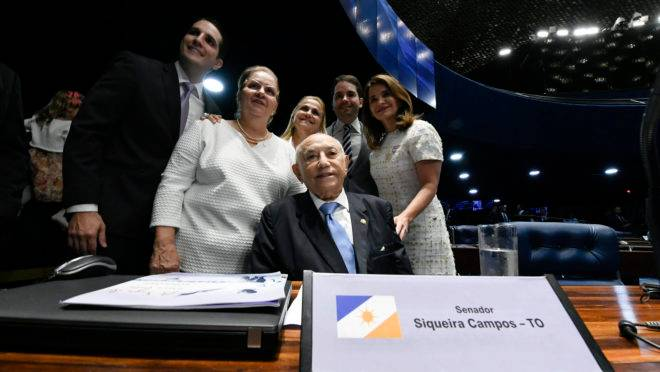 """Ex-governador do Tocantins Siqueira Campos (DEM) tomou posse neste mês como senador: """"homenagem"""" à trajetória política dele feita com dinheiro do contribuinte."""