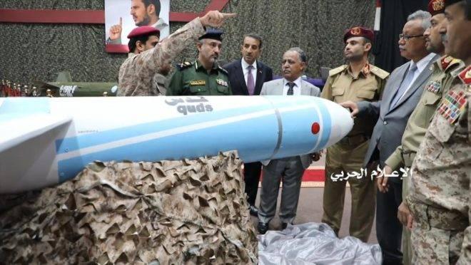 Imagem de um vídeo divulgado em 7 de julho pelo departamento de comunicação do grupo rebelde xiita Houthi mostra Abdelaziz bin Habtour, primeiro-ministro do regime Houthi ouvindo a descrição de um míssil de longo alcance durante exposição de mísseis e aeronaves não tripuladas no Iêmen