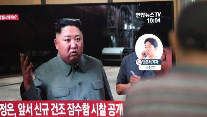 Pessoas em Seul assistem a um canal de televisão que exibe notícia sobre o ditador da Coreia do Norte, Kim Jong-un. A Coreia do Norte disparou dois mísseis em direção ao mar em 25 de julho