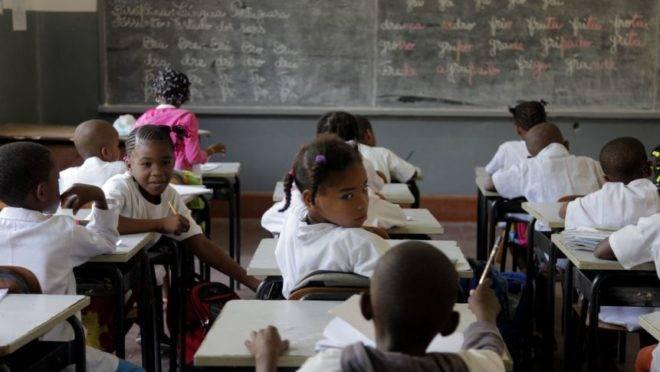 Sala de aula em Angola. Foto: Reprodução | Youtube.