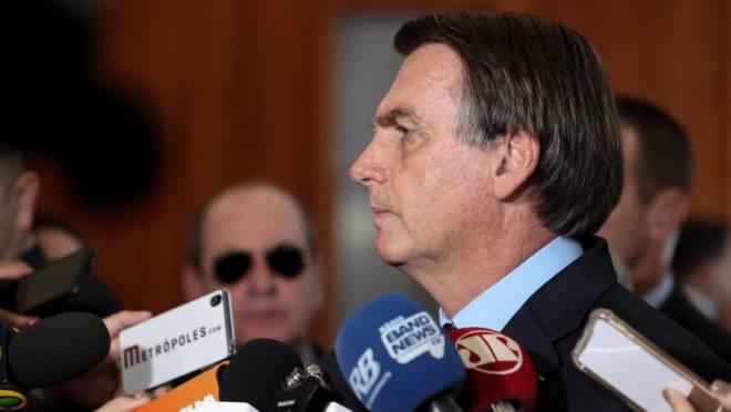 Jair Bolsonaro fala com a imprensa.