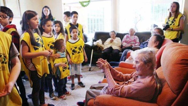 Crianças em visita a um lar de idoso