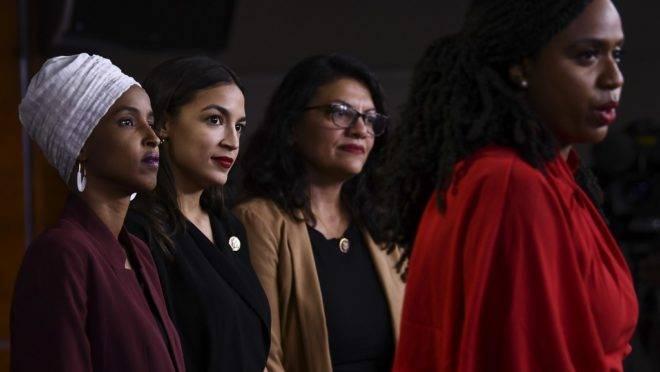 A deputada democrata Ayanna Pressley fala ao lado das deputadas Ilhan Abdullahi Omar (à esquerda), Rashida Tlaib (segunda à direita) e Alexandria Ocasio-Cortez em coletiva de imprensa sobre os comentários do presidente americano Donald Trump, em 15 de julho de 2019, no Capitólio, Washington DC