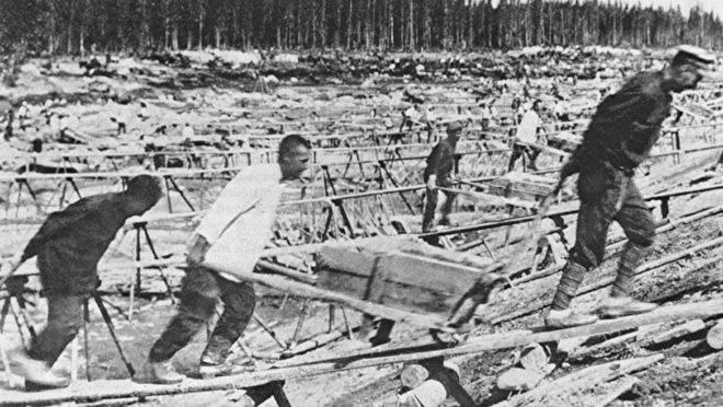 Prisioneiros dos gulags trabalham na construção do Canal do Mar Báltico. Milhares morreram de exaustão e foram enterrados ali mesmo, numa vala comum.