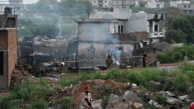 Militares trabalham no local da queda de um avião da Força Aérea do Paquistão em Rawalpindi, em 30 de julho de 2019