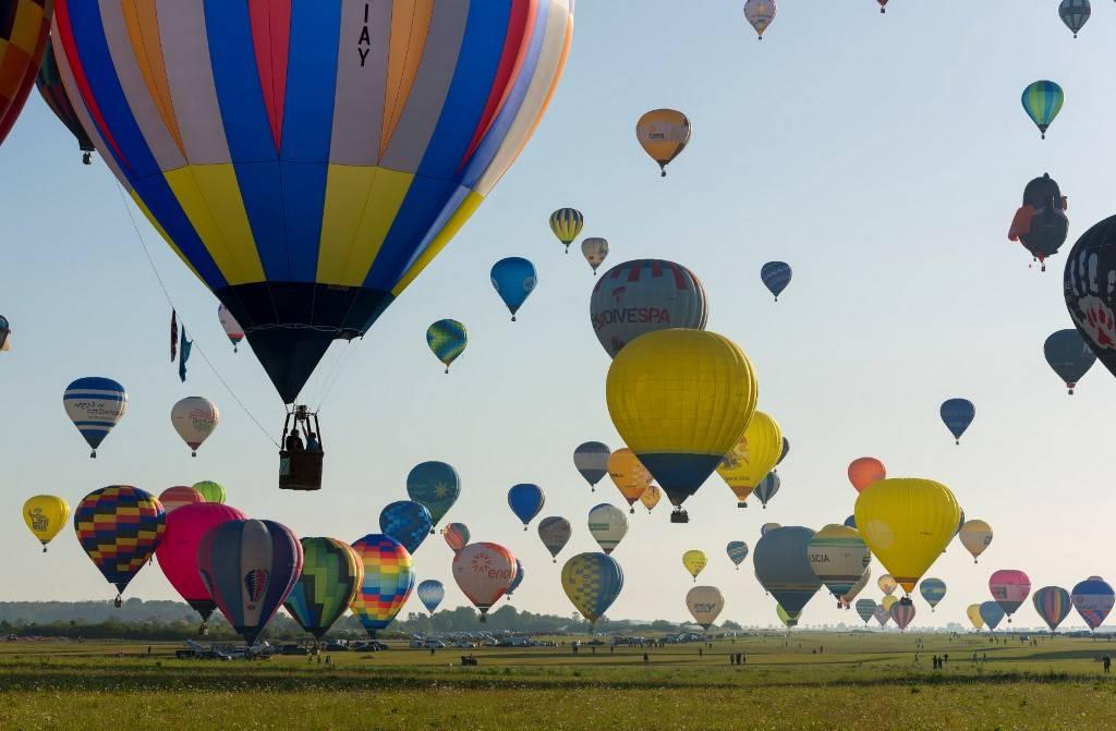 """Mais de 400 balões levantam voo da base aérea de Chambley-Bussieres, no leste da França, em uma tentativa - fracassada - de quebrar o recorde mundial de decolagem simultânea de balões em Hagéville, durante o encontro mundial de balões """"Grand-Est Mondial Air Balloons""""."""