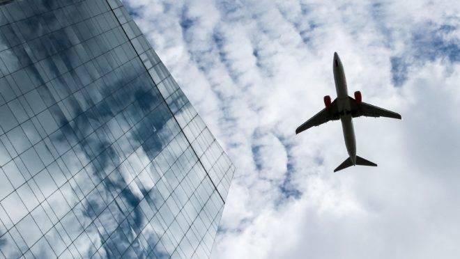 Aeronave sobrevoa edifícios na Avenida Faria Lima, em São Paulo.