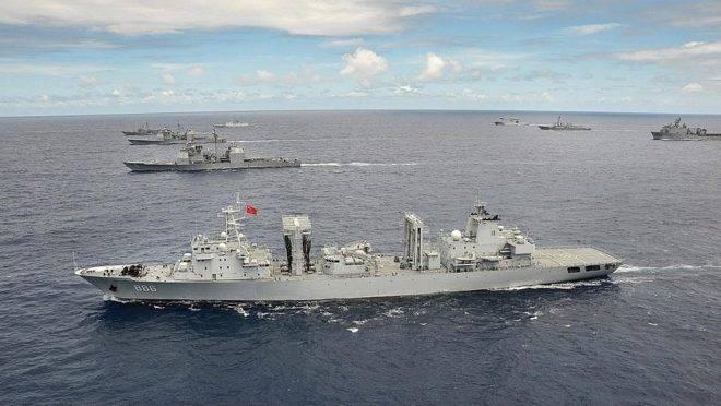 Navio Qiandaohu, da Marinha do Exército de Libertação do Povo, em exercício militar no Pacífico em 2014