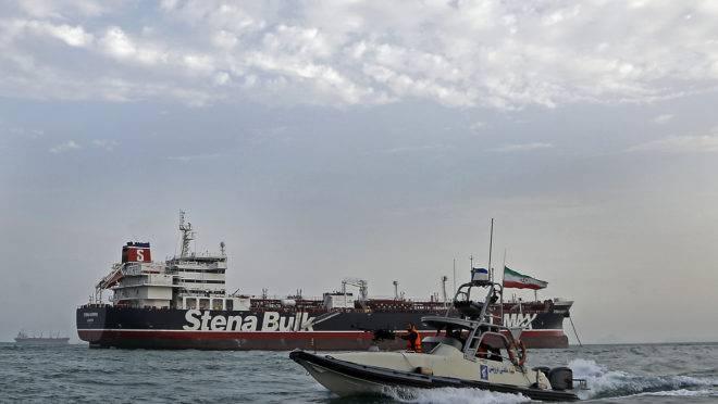 Guarda Revolucionária Iraniana patrulhando o navio britânico Stena Impero