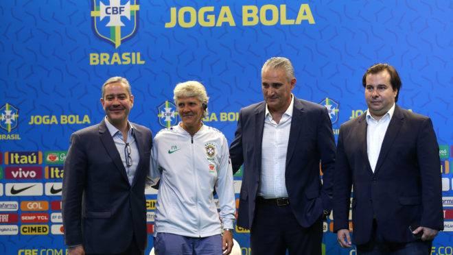 Rogério Caboclo (esquerda), Pia Sundhage, Tite e Rodrigo Maia estiveram presentes na coletiva de apresentação da técnica