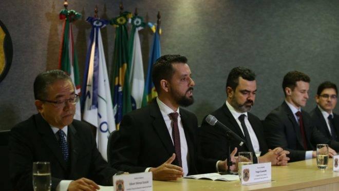 Membros da força-tarefa da Lava Jato em coletiva sobre a 62.ª fase da operação. Da esquerda para direita: Edson Suzuki (Receita Federal), Thiago Giavarotti (Delegado PF), Luciano Flores (Superintendente PF/PR), e os procuradores Roberson Pozzobon e Felipe Camargo.