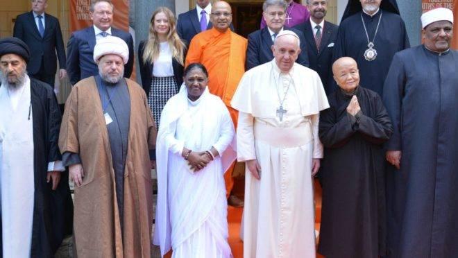 Líderes religiosos reunidos para a assinatura de uma declaração conjunta contra a escravidão, em dezembro de 2014, no Vaticano.