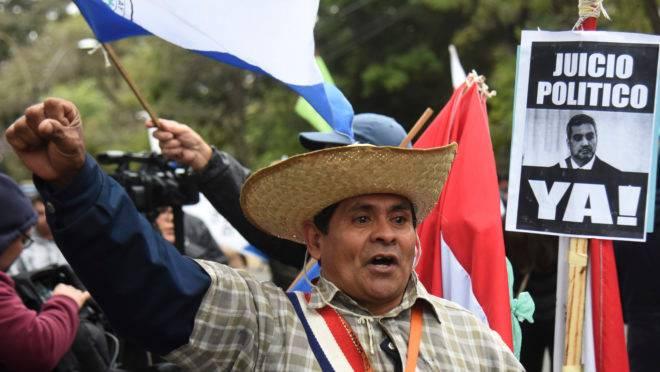 Manifestantes pedem o impeachment do presidente do Paraguai, Mario Abdo Benítez