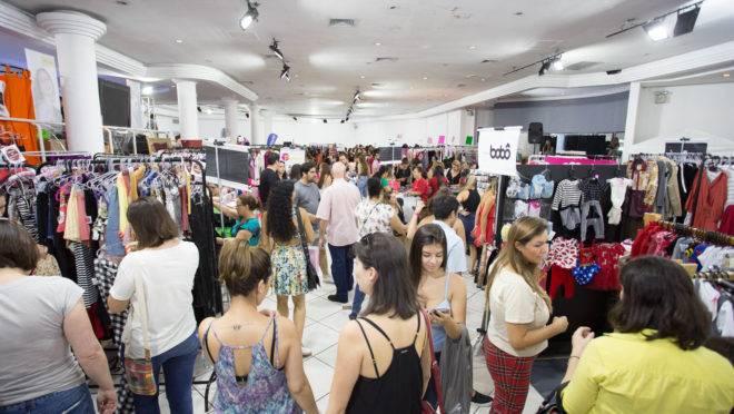 Aglomeração de pessoas no Bazar Moda do Bem, no Buffet du Batel, em Curitiba.