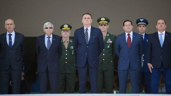 Presidente Jair Bolsonaro cercado por generais em cerimônia no Palácio do Planalto: reforma da Previdência dos militares elaborado pelo governo foi aprovado pelo Congresso.