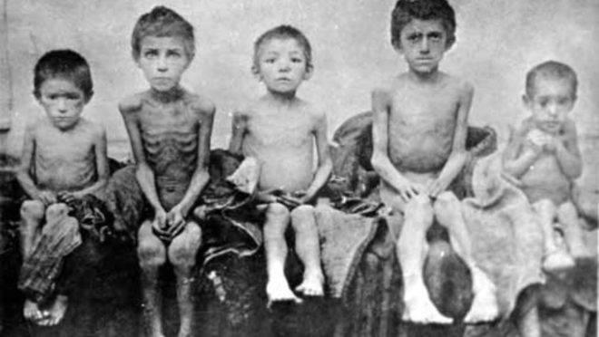 Crianças durante a grande fome na Ucrânia, no início da década de 1930