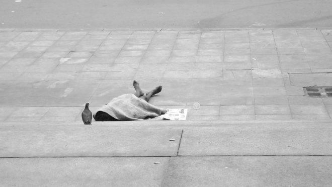 Morador de rua: ideologias progressistas os usam para impor políticas públicas que não funcionam