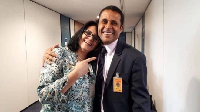 A ministra Damares Alves e o novo presidente da comissão sobre mortos políticos Marco Aurélio de Carvalho.