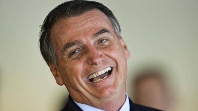Segundo o presidente, caneta Bic vai ser trocada pela marca brasileira Compactor.