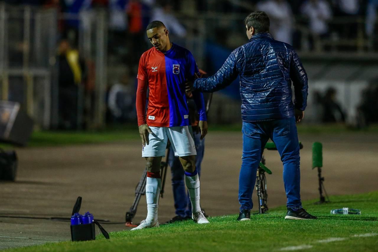 Jenison debate com treinador Matheus Costa após ser substituído em Paraná x América-MG   Foto: André Rodrigues