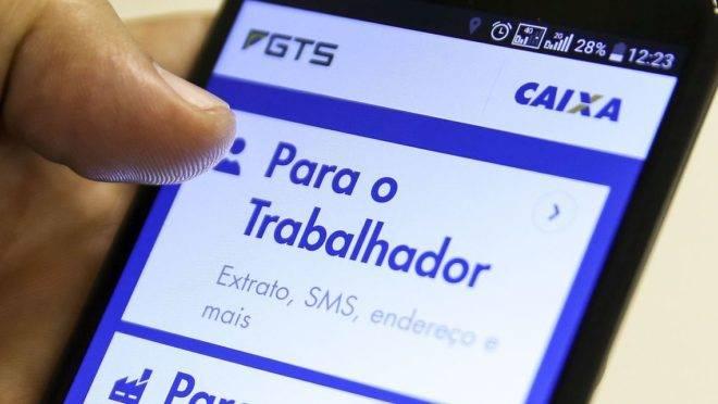 Trabalhador agora também pode consultar o saldo do FGTS via aplicativo no celular.