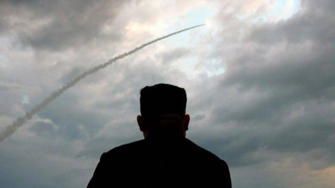 Imagem de uma transmissão da televisão norte-coreana KCTV em 1º de agosto de 2019 mostra o ditador da Coreia do Norte, Kim Jong-un, assistindo ao lançamento de um míssil balístico em 31 de julho