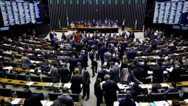 Deputados reunidos no plenário da Câmara.