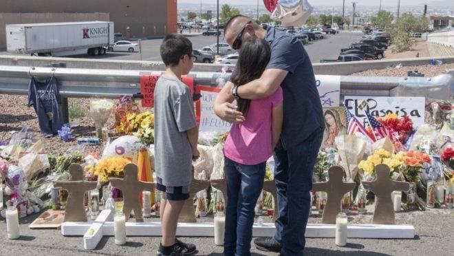 Família se abraça em frente a um memorial improvisado em homenagem às vítimas do tiroteio que deixou 22 mortos e vários feridos em El Paso, Texas, EUA, 5 de agosto de 2019