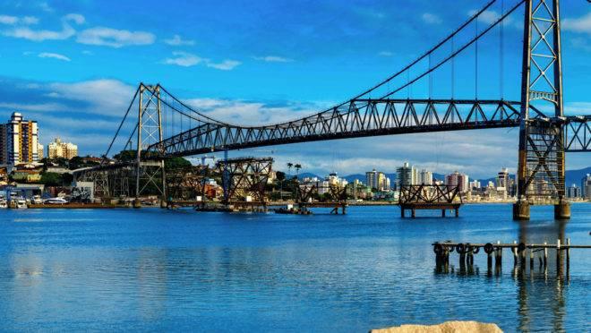 Florianópolis tem pouco mais de 470 mil habitantes e é conhecida como a Ilha da Magia