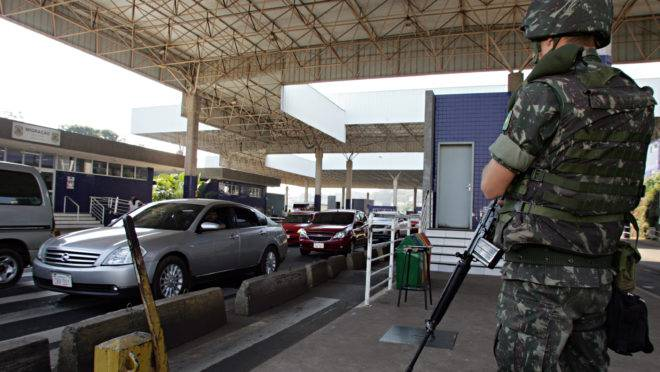 Soldado do Exercito em operação de reforço da segurança na Ponte da Amizade, entre o Brasil e o Paraguai.