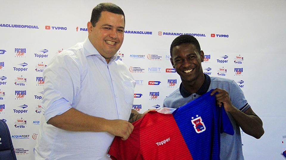 Jhonny renova contrato com o Paraná. Foto: Divulgação/Paraná Clube
