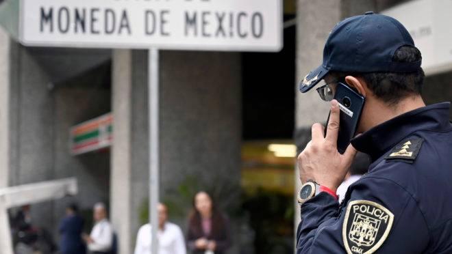 Polícia chega à agência da Casa da Moeda do México, em Cidade do México, após ladrões roubarem cerca de R$ 10 milhões