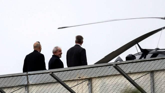 O ex-presidente Lula se encaminha para helicóptero na Superintendência da PF em Curitiba em foto de março de 2019, quando o ex-presidente foi ao velório de um neto.