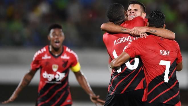 Bruno Guimarães abraça Marcelo Cirino em conquista do Athletico no Japão
