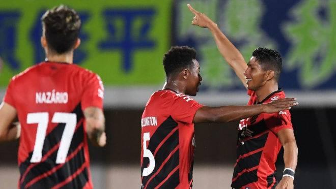 Rony comemora gol no Japão ao lado de Wellington